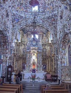 Puebla: Altar Santa María Tonantzintla, Joya del Barroco Indígena y Churrigueresco. Se considera cuatro etapas en la construcción del templo que abarca del siglo XVI al XIX.