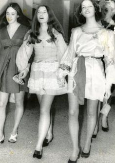 A trio of suspects in the Sharon Tate murder case sing as they march to court for a hearing. Left to right: Susan Atkins, Patricia Krenwinkel and Leslie Van Houten Leslie Van Houten, Patricia Krenwinkel, Lost Girl, Sharon Tate Murder, Sharon Tate Crime Scene, Mafia, Famous Murders, Famous Serial Killers, Ted Bundy