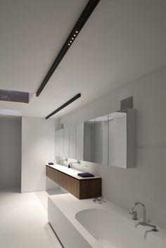 white bathroom with black Kreon NUIT surface mounted LED downlight profile Linear Lighting, Lighting Design, Home Design 2017, House Design, Led Profil, Garden Shower, Internal Design, Interior Design Elements, White Bathroom