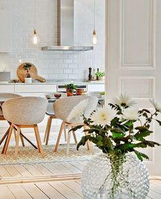 Dica de decor moderna e clean para terminar o sabadão inspirado. Boa noite!  . . Produtos similares: - Conjunto de 2 Cadeiras Lis I Cinza; - Lâmpada Thomas Edison - Mod. G80; - Vaso Bola Bohemia Cristal Transparente 11cm 175ml.  #inspiracao #moblybr #mobly #larmoblylar #lardocemobly #moblydoseujeito #tendenciadecoração #home #inspiration #decor #decoration #homedecor #casa #decoracao #homedecoration #casanova #instahome #homestyle #lardocelar #homesweethome #meuape