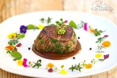Sirloin in Madeira sauce Beef Bourguignon, Beef Tenderloin, Romantic Dinners, Molecular Gastronomy, Recipe For 4, Salsa, Food Presentation, Food Plating, Gastronomia