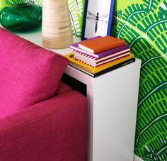 Dodatočný výstavný priestor  Prečo nešupnúť úzky stolík za pohovku? Dokonale pôsobí ako odkladací priestor.