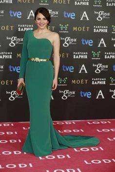 De 10 el look de Andrea Duro con un vestido verde asimétrico con cola y cinturón dorado de Basaldúa Alta Costura. Sus accesorios también eran en dorado.Lo combinó sandalias deÚrsula Mascaró.