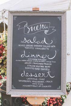 Perfeito para um casamento vintage ou rústico, o menu com caligrafia decorativa em quadro negro é uma combinação de resultados impressionantes <3 Mais sobre decoração com letras aqui!