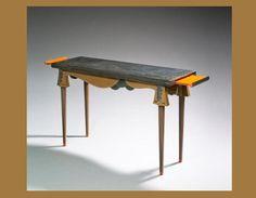 Eileen GRAY: Console de salon, 1918-1920. Structure en bois laqué de Chine poli et arraché.