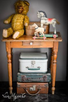 klein tafeltje Antique Rocking Horse, Rocking Horses, Old Teddy Bears, Love Bears All Things, Fairytale Cottage, American Interior, Cottage In The Woods, Wooden Horse, Trunks And Chests