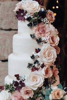 45 Simple, Elegant, Chic Wedding Cakes These gorgeous wedding cake pictures are sure to inspire your wedding cake design. From simple to elegant to chic wedding cakes, there is something for every taste - no pun intended. Wedding Goals, Chic Wedding, Perfect Wedding, Fall Wedding, Rustic Wedding, Wedding Planning, Dream Wedding, Wedding Ceremony, Wedding Table