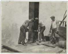 Budowa Empire State Building by Lewis Hine - 106918 Empire State Building, Ellis Island, World Trade Center, Old Pictures, Old Photos, Vintage Photographs, Vintage Photos, Tennessee, North Tower