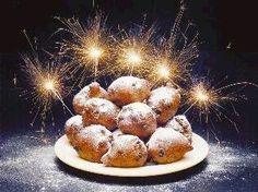 Oliebollen zijn een traditioneel gefrituurd gistdeeggerecht. Ze worden traditioneel gegeten op Oudejaarsavond in Nederland.