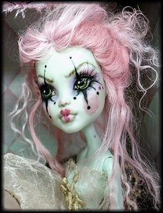Not really a bjd, but I like the new trend of repainting monster High dolls. Lovely clown ghost look Custom Monster High Dolls, Monster Dolls, Monster High Repaint, Custom Dolls, Monster High Makeup, Ooak Dolls, Art Dolls, Blythe Dolls, Barbie Dolls