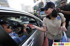 Aksi bagi-bagi bunga mawar kepada pengguna jalan di Bundaran HI yang di prakarsai oleh Badan Narkotika Nasional Propinsi DKI Jakarta.