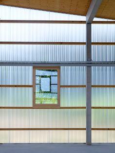 bunq architectes clads multipurpose building in polycarbonate Plastic Cladding, House Cladding, Polycarbonate Panels, Facade Architecture, Ancient Architecture, Sustainable Architecture, Landscape Architecture, Pergola With Roof, Roof Plan