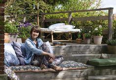 Stylist Julie Løwensteins terrasse er bygget op i niveauer – det giver et levende udeareal, hvor man altid kan finde det helt rigtige sted at slå sig ned.