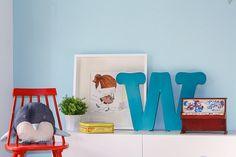 Habitación de bebe con minicuna de estilo escandinavo