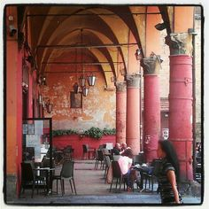 Cafè in Piazza Verdi, Bologn Italian Bar, Italian Street, Bologna Italy, Ancient Buildings, Italy Holidays, The Beautiful Country, Places Around The World, Italy Travel, Pisa