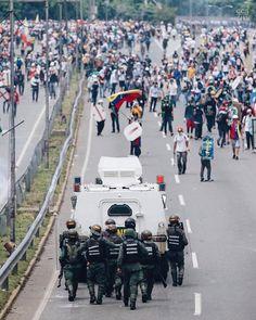 Te presentamos la selección: <<FOTO DEL DÍA>> en Caracas Entre Calles. ============================  F O T O G R A F Í A  >> @bruzco1 << Visita su galería ============================ SELECCIÓN @mahenriquezm TAG #CCS_EntreCalles ================ Team: @ginamoca @luisrhostos @mahenriquezm @teresitacc @floriannabd ================ #sosvenezuela #Caracas #Venezuela #Increibleccs #Instavenezuela #Gf_Venezuela #GaleriaVzla #Ig_GranCaracas #Ig_Venezuela #IgersMiranda #Great_Captures_Vzla…