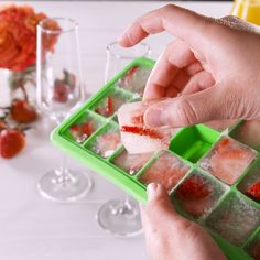 Prosecco Ice Cubes = Best summer brunch idea EVER 🙌#prosecco #bubbly #icecubes #mimosas #brunchdrinks #summertreats #delish