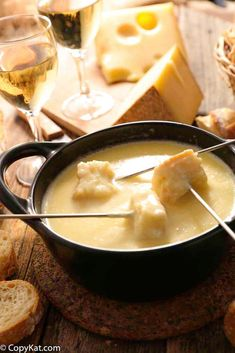 Copycat Melting Pot Cheddar Cheese Fondue Nothing beats dipping bread and fruit into melted cheese! Make the best appetizer with this easy Melting Pot Cheddar Cheese Fondue copycat recipe. Perfect for a romantic meal or game day football food. Dips Für Fondue, Fondue Ideas, Fondue Party, Best Fondue Recipe, Melting Pot Recipes, The Melting Pot, Romantic Meals, Romantic Recipes, Football Food