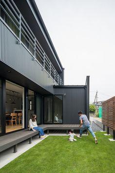 黒いガルバリウムに映える生き生きとした緑。リビングから広がるプライベートな中庭は、家にいながら自然を感じられる家族にうれしいスペース。 #ルポハウス #設計士とつくる家 #注文住宅 #デザインハウス #自由設計 #マイホーム #家づくり #施工事例 #滋賀 #おしゃれ #庭 #ウッドデッキ #芝 #プライベート