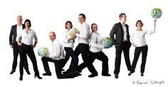 Groepsfoto personeel Aviareps Family Posing, Portrait, Photoshoot, Poses, Marketing Ideas, Studio, Group, Image, Fotografia