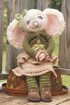 Ravelry: Little Mouse in the City-Secret Girl KAL pattern by Deena Thomson-Menard NOT Crochet but maybe some day i can find the time to make a crochet version Knitted Doll Patterns, Animal Knitting Patterns, Knitted Dolls, Crochet Dolls, Knitted Teddy Bear, Easter Toys, Knit Art, Crochet Mouse, Cute Mouse