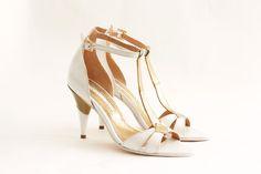 APULIA Capellada: Cabretilla blanca con tira central dorada Altura de taco:9 cm Forro: De piel muy suave Taco: Pintado en dorado y blanco Cómoda plantilla :Origen italiano Suela: De cuero Hebilla: Dorada con detalle de strass origen italiano Colores: Combinación a tu gusto. #shoes #bridal #wedding #design #lailafrank #white #novia #luxury #boda #casamiento #party #zapato #tacos Valentino, Kitten Heels, Tacos, Bride, Shoes, Fashion, Template, Mariage, Leather