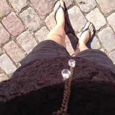 Designeren måtte vende om 5 minutter hjemme fra for at finde noget som glimter.... Minimalistisk glimmer - men det virker og er nødvendigt på en GLIMMER ONSDAG... Sættet er vores super fede Bistro shorts, Boa tank top og en SKØØØØN ny lace top som jeg lige har hapset fra efteråskollektionen... Shop det her: http://www.blackswanfashion.dk/produkt-visning/bistro-woven-shorts.aspx