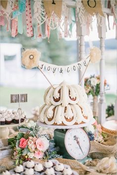 Tiered bunt cake with banner topper. #weddingcake #cakebunting #weddingchicks Design By: Pink Champagne Events ---> http://www.weddingchicks.com/2014/05/05/pink-champagne-events/