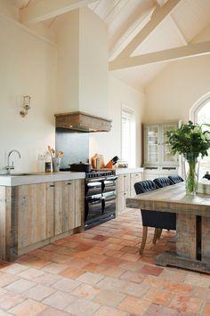 Home Decor Trends in 2017 terra-cotta-floor Home Decor Trends Rustic Kitchen, Kitchen Decor, Wooden Kitchen, Kitchen Ideas, Nice Kitchen, Kitchen Trends, Küchen Design, Interior Design, Floor Design