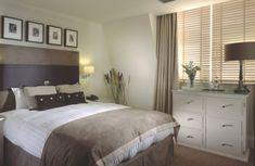 weißes-schlafzimmer-graue-nuance- bilder an der wand - Warme Wandfarben – genießen Sie eine gemütliche Atmosphäre zu Hause!