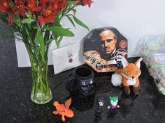 Para decorar, coloquei alguns objetos que lembrar filmes como a raposa do O pequeno príncipe, Coringa e Mulher Gato,uma caixa de pizza com a estampa do O poderoso chefão, carta de Hogwarts, caneca do Darth Vader e um dos dragões de Como treinar o seu Dragão.