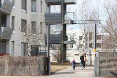 Lapsiperheiden köyhyys on kasvanut Helsingissä selvästi viime vuosikymmeninä tietyillä alueilla. Etelä-Vuosaaren Kallahdessa liki puolet lapsista elää perheissä, jotka kuuluvat alimpaan tuloviidennekseen. Paloheinän pientaloalueella tässä tuloluokassa on vain viisi prosenttia lapsista.
