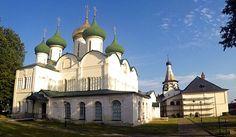 Von Susdal hast Du wahrscheinlich noch nie gehört, aber in Moskau kennt das Städtchen jeder - weil es nicht allzu weit weg ist, eine nette Abwechslung zur Großstadt darstellt und weil hier jede Menge Kirchen und Klöster stehen, die zum UNESCO-Weltkulturerbe gehören. Es war die 2. Stadt im Goldenen Ring von Russland, die ich besucht habe. Mehr über meinen Ausflug nach Susdal gibts bei RutisReisen - ein kleines Video ist auch dabei.