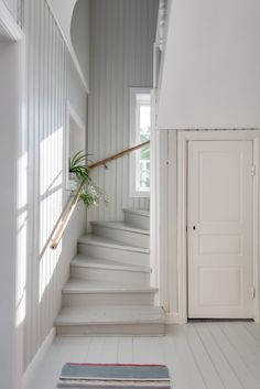 cosy painted and paneled staircase = cottage classic Cottage Stairs, House Stairs, Coastal Living Rooms, Interior Design Living Room, Cottage Shabby Chic, Painted Stairs, Painted Staircases, Painted Wood Floors, Swedish House
