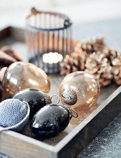 świąteczne dekoracje w kolorze miedzi i czerni,bombki na choinkę,miedziany kolor świątecznych dekoracji,skandynawskie dekoracje świąteczne,lampiony na świece - Lovingit.pl