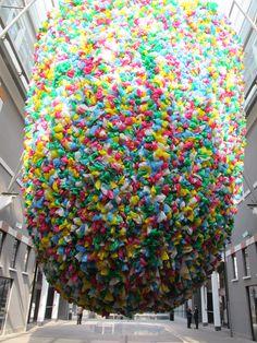 Le Musée d'art contemporain de Rome (MACRO) est situé dans l'ancienne brasserie Peroni. Voici une photo d'une exposition en cours de Pascale Marthine Tayou, une immense installation très colorée constituée de « sacs en plastique » suspendue dans la galerie intérieure ouverte.