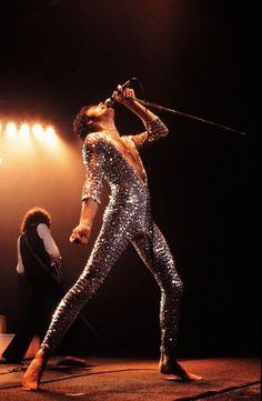 Freddie Mercury (Queen) in 1978 John Deacon, Foo Fighters, Glam Rock, Blues, Elvis Presley, Roger Taylor, We Will Rock You, Queen Freddie Mercury, Hip Hop