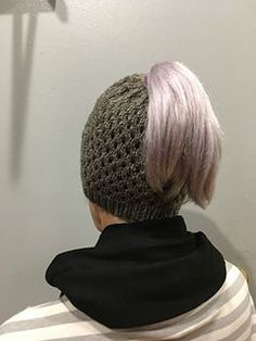 The Best Free Knit Ponytail Hat Patterns (Messy Bun Beanies) On Trend For The Season! Messy Bun Knitted Hat, Ponytail Hat Knitting Pattern, Beanie Knitting Patterns Free, Beanie Pattern Free, Free Knitting, Free Pattern, Knit Hats, Ponytail Beanie, Bun Beanies
