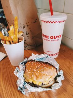 Five Guy Burgers, Burger And Fries, Shack Burger, Candy Drinks, Good Food, Yummy Food, Five Guys, Food Goals, Aesthetic Food