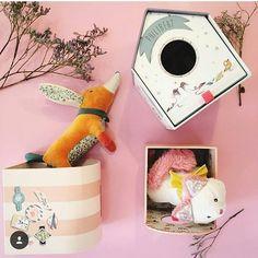 Philibert le chien et Juliette la chatte et leurs petites niches illustrées par Lucille Michieli ! Toujours là pour accompagner les Parisiennes dans leurs virées shopping ! #moulinroty #moulin_roty #chien #chat #parisiennes #peluches #kids #niches #illustration @lucillemichieli @cuckoohibou ❤