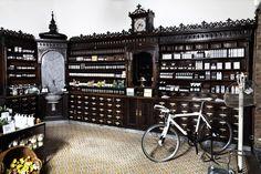 Die alte Apotheken Einrichtung ist geblieben - so schön! (c) Saint Charles Apotheke