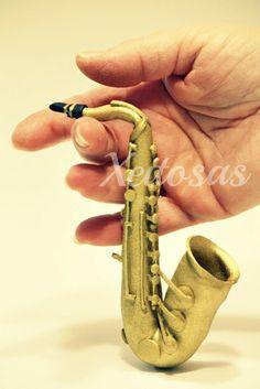 Saxofón hecho en goma eva para fofucho  www.xeitosas.com