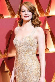 awardseason: Emma Stone poses as she arrives on the red carpet for the Oscars on February 26 2017 in Hollywood California. Beautiful Celebrities, Beautiful Actresses, Gorgeous Women, Beautiful People, Emma Stone Oscars, Ema Stone, Actress Emma Stone, Golden Goddess, Le Jolie