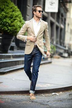 Acheter la tenue sur Lookastic: https://lookastic.fr/mode-homme/tenues/blazer--jean-skinny-chaussures-bateau-ceinture-lunettes-de-soleil/10117   — Lunettes de soleil noir  — Chemise à manches longues blanche  — Blazer beige  — Ceinture en cuir brun foncé  — Jean skinny bleu marine  — Chaussures bateau en daim beiges