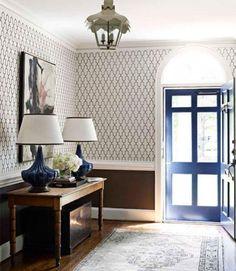 papier peint de couloir, plafonnier lanterne antique et bleue porte vitrée