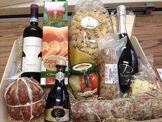 Ecco a voi le nostre proposte regalo per Natale, se non volete cadere nel banale, con una confezione di prodotti alimentari non si sbaglia mai. Veniteci a trovare, confezioniamo cesti natalizi personalizzati. www.macellerialacarne.it #rovigo #gastronomia #macelleria #pollesela