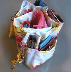 Bag Organizer Tutorial - I either need someone to make it for me or teach me how to sew.... Diy Purse Organizer, Handbag Organization, Organizers, Sewing Hacks, Sewing Crafts, Sewing Projects, Diy Sac, How To Make Purses, Craft Bags