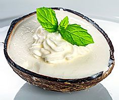 Leichtes Kokoseis selbstgemacht, auch ohne Eismaschine! Mit leichtem Joghurt anstatt fetter Sahne.
