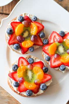 These colorful Bagel Fruit Pizzas were a huge hit at our house. Fresh fruit piled on top of a layer of sweetened lemon cream cheese all on top of a hearty whole wheat bagel. Breakfast Bagel, Best Breakfast, Breakfast Ideas, Breakfast Fruit Pizza Recipe, Bagel Bagel, Breakfast Healthy, Whole Wheat Bagel, Healthy Fruit Snacks, Healthy Foods