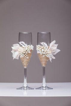 mariage personnalisé flûtes, verres à champagne mariage grillage flûtes, flûtes de champagne flûtes de champagne pesrl flûtes grillage de mariage Pour ces verres de couleur : Ivoire, perle Entièrement fait main ! MENSURATIONS : -Flutes champagne : hauteur - 9 pouces (22 cm). Volume – 170ml (6,1 onces) Voir les autre décoration de mariage dans ce style : https://www.etsy.com/listing/398653911/wedding-guest-book-personalized-wood?ref=shop_home_active_1 https:&#...